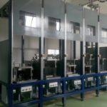 Strojno postrojenje za litje na zaporednih orodjih z avtomatsko vodenao mešalno šobo